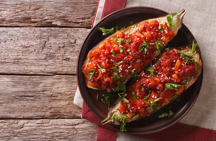 geschmorrte Aubergine mit Tomaten-Zwiebel-Füllung