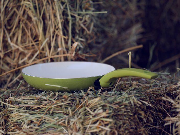Die Grüne Pfanne bei der Stallarbeit