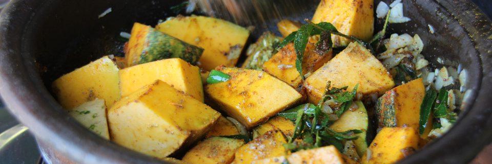 Curryblätter für ein Kürbis-Curry